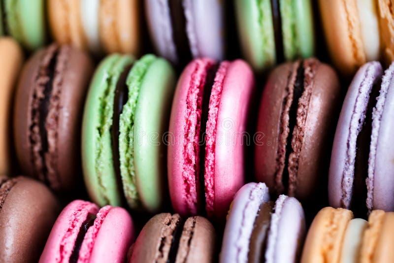 Παραδοσιακά γαλλικά ζωηρόχρωμα macarons στοκ φωτογραφίες