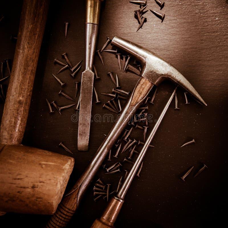Παραδοσιακά εργαλεία του ταπετσιέρη σε έναν πίνακα στοκ φωτογραφία
