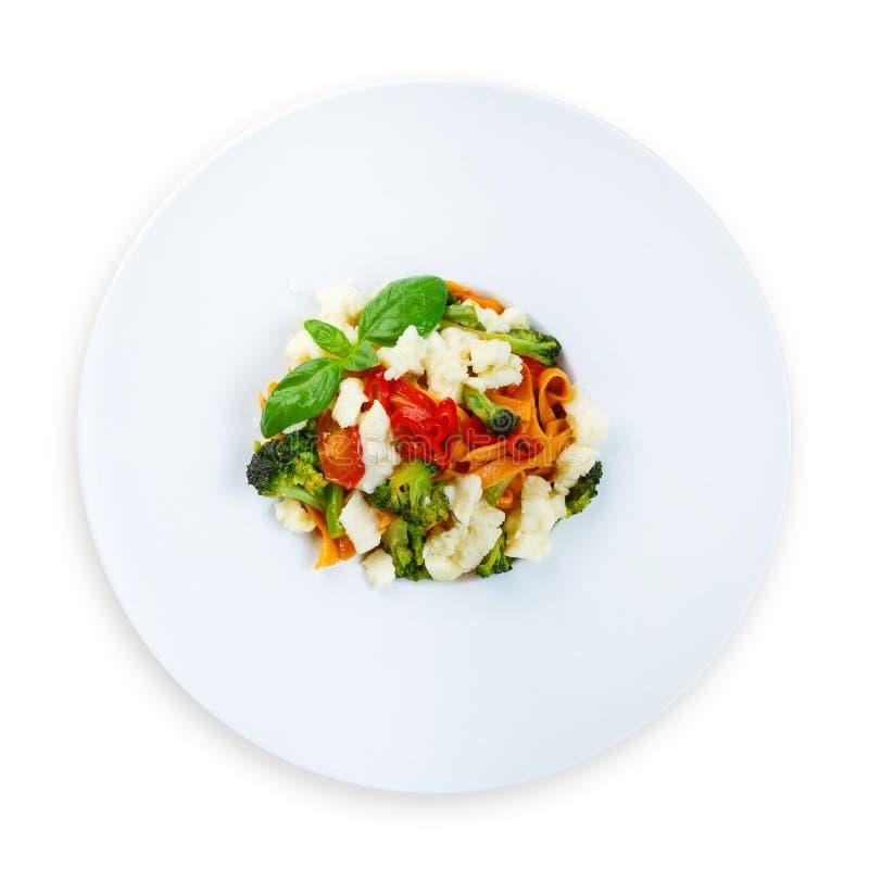 Παραδοσιακά ιταλικά χρωματισμένα ζυμαρικά με τα λαχανικά στοκ εικόνα