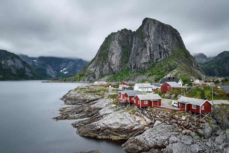 Παραδοσιακά κόκκινα εξοχικά σπίτια rorbu στο χωριό Hamnoy, Lofoten islan στοκ φωτογραφία με δικαίωμα ελεύθερης χρήσης