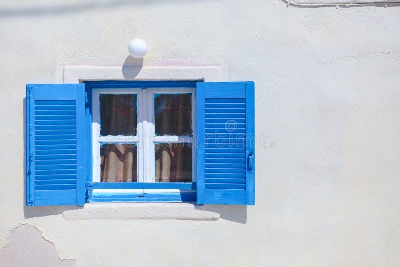 Παραδοσιακά μπλε ελληνικά παράθυρα ύφους σε Emporio στοκ φωτογραφία