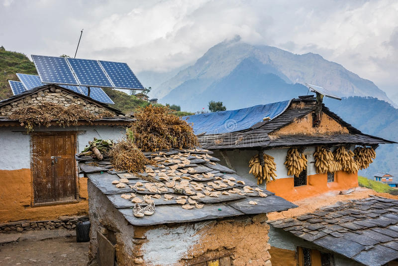 Παραδοσιακά σπίτια Nepali με την επιτροπή ηλιακών κυττάρων στη στέγη στοκ εικόνες