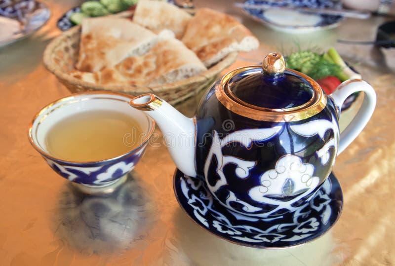 Παραδοσιακά του Ουζμπεκιστάν εξυπηρετούμενα τσάι και γλυκά στοκ εικόνα με δικαίωμα ελεύθερης χρήσης