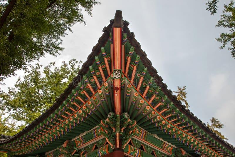 Παραδοσιακές κορεατικές χρωματισμένες ναός ξύλινες λεπτομέρειες στοκ εικόνες