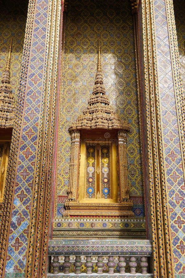Παραδοσιακές ταϊλανδικές παράθυρο και διακόσμηση ύφους στον τοίχο στοκ φωτογραφία με δικαίωμα ελεύθερης χρήσης
