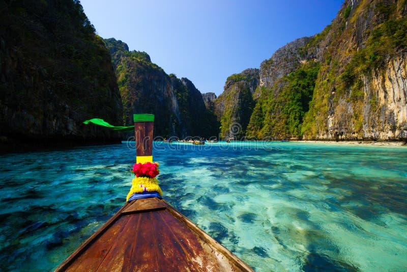 Παραδοσιακή βάρκα longtail στον κόλπο της Maya Koh Phi Phi στο νησί Leh, στοκ εικόνες