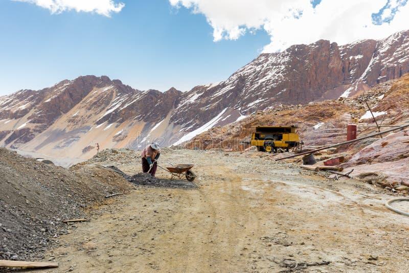 Παραδοσιακή βολιβιανή λίμνη βουνών ιματισμού εργαζομένων γυναικών ανθρακωρύχων, ταξίδι της Βολιβίας στοκ εικόνες
