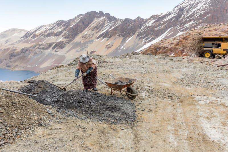 Παραδοσιακή βολιβιανή λίμνη βουνών ιματισμού εργαζομένων γυναικών ανθρακωρύχων, ταξίδι της Βολιβίας στοκ εικόνες με δικαίωμα ελεύθερης χρήσης