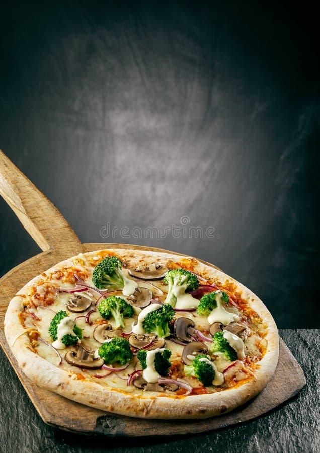 Παραδοσιακή βράζοντας στον ατμό καυτή ιταλική πίτσα στοκ φωτογραφίες