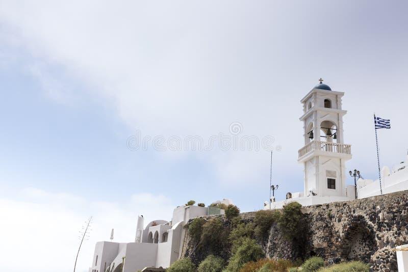 Παραδοσιακή ελληνική άσπρη αψίδα εκκλησιών με το σταυρό και κουδούνια σε Sant στοκ φωτογραφίες με δικαίωμα ελεύθερης χρήσης