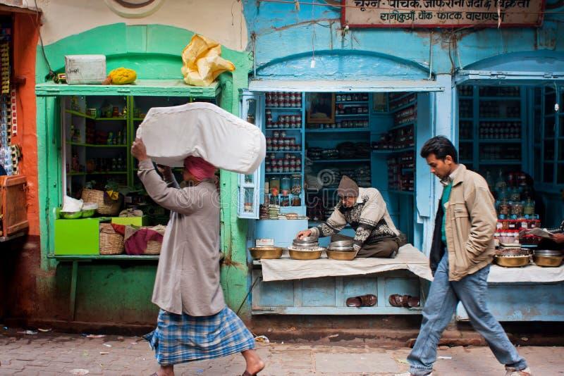 Παραδοσιακή ζωή στους δρόμους με πωλητές των καταστημάτων καρυκευμάτων στοκ εικόνες