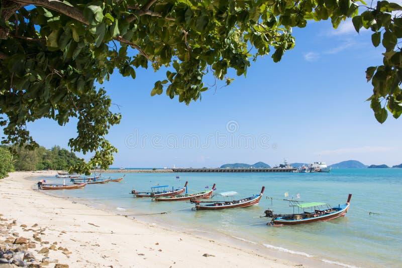 Παραδοσιακή μακριά βάρκα ουρών στην παραλία στοκ φωτογραφίες