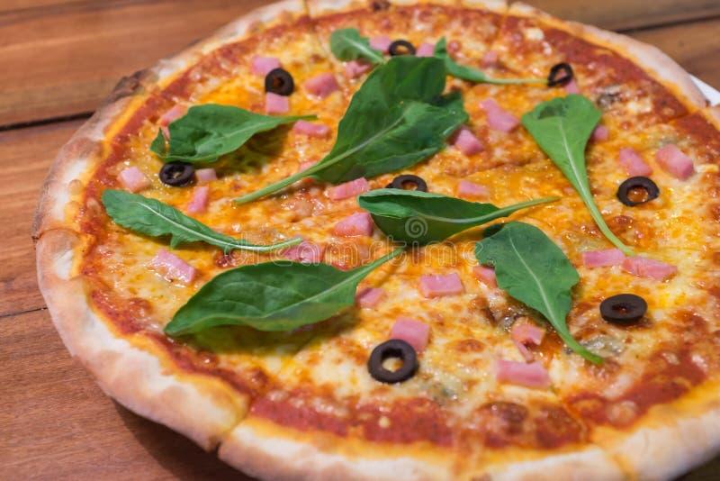 Παραδοσιακή ξύλινη ιταλική πίτσα εγκαυμάτων στοκ φωτογραφία με δικαίωμα ελεύθερης χρήσης