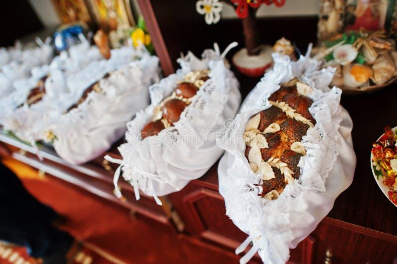 Παραδοσιακή ουκρανική φραντζόλα ψωμιού στη γαμήλια τελετή στο σπίτι στοκ φωτογραφία