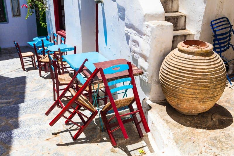 Παραδοσιακή σειρά της Ελλάδας - χαριτωμένο μικρό taverna οδών Αμοργός ι στοκ φωτογραφία