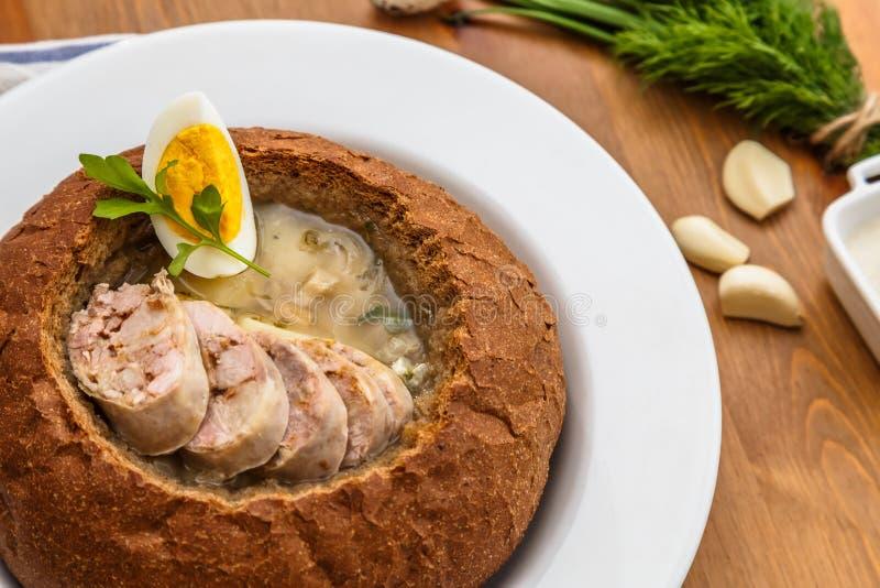 Παραδοσιακή στιλβωτική ουσία zurek με το λουκάνικο, αυγό στο ψωμί στοκ φωτογραφίες