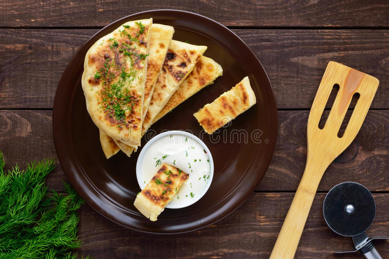 Παραδοσιακή της Γεωργίας πίτα τυριών - khachapuri, κρεμώδης σάλτσα στοκ φωτογραφίες με δικαίωμα ελεύθερης χρήσης
