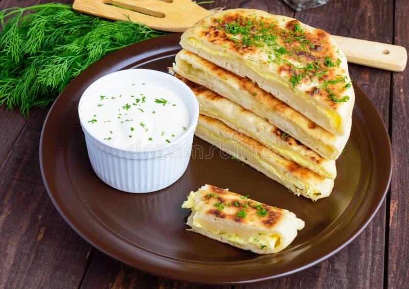 Παραδοσιακή της Γεωργίας πίτα τυριών - khachapuri, κρεμώδης σάλτσα στοκ εικόνα με δικαίωμα ελεύθερης χρήσης