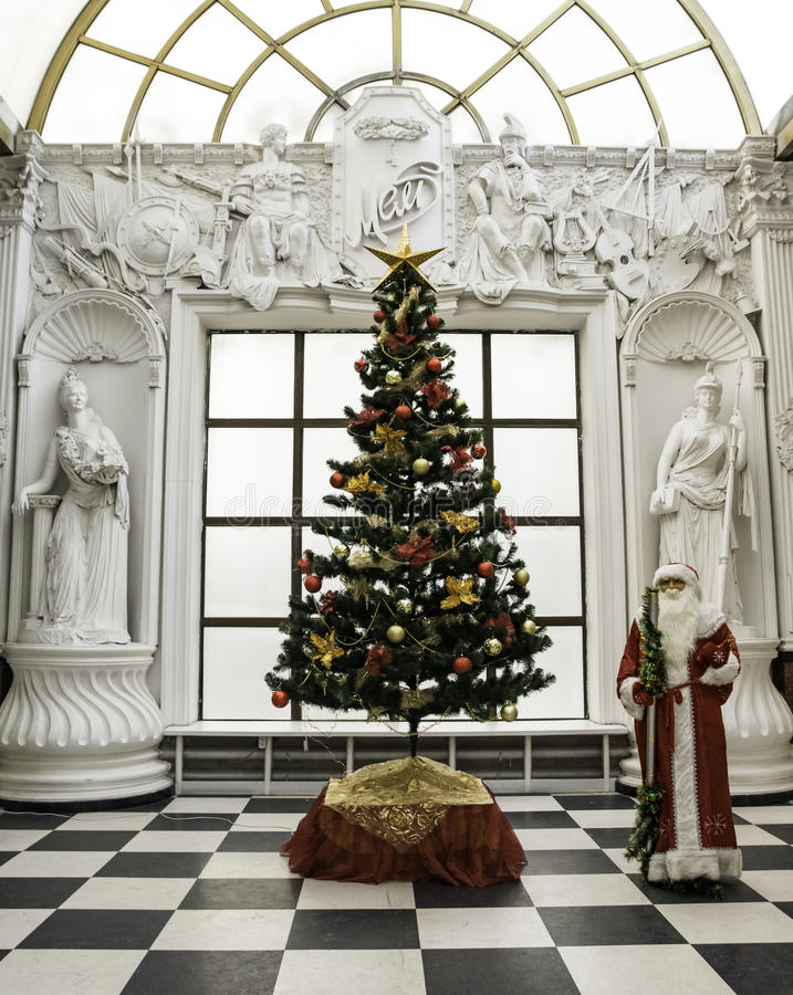 Παραδοσιακός Άγιος Βασίλης που στέκεται κοντά στο χριστουγεννιάτικο δέντρο που ντύνεται επάνω για μια καλή χρονιά και Χριστούγενν στοκ φωτογραφίες με δικαίωμα ελεύθερης χρήσης