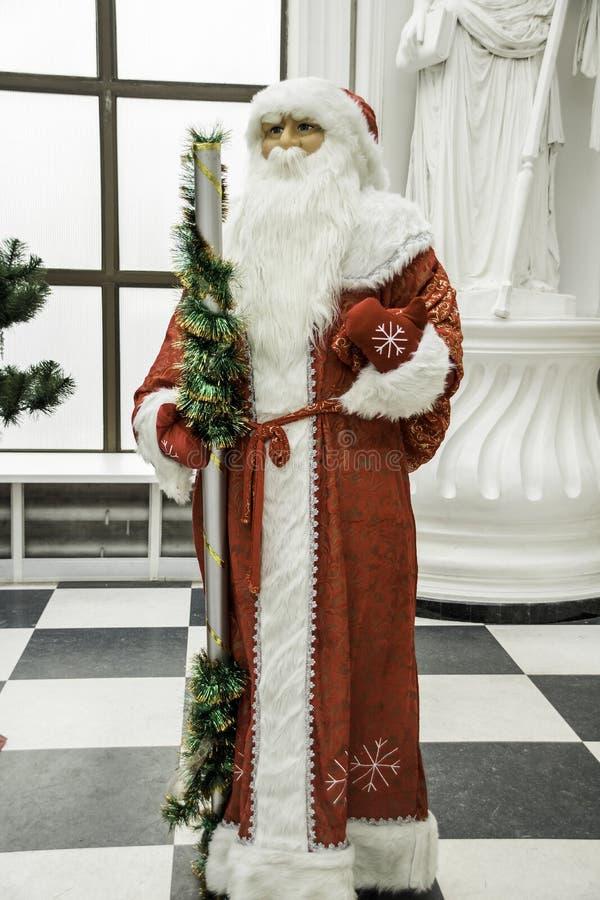Παραδοσιακός Άγιος Βασίλης που στέκεται κοντά στο χριστουγεννιάτικο δέντρο που ντύνεται επάνω για μια καλή χρονιά και Χριστούγενν στοκ φωτογραφία με δικαίωμα ελεύθερης χρήσης