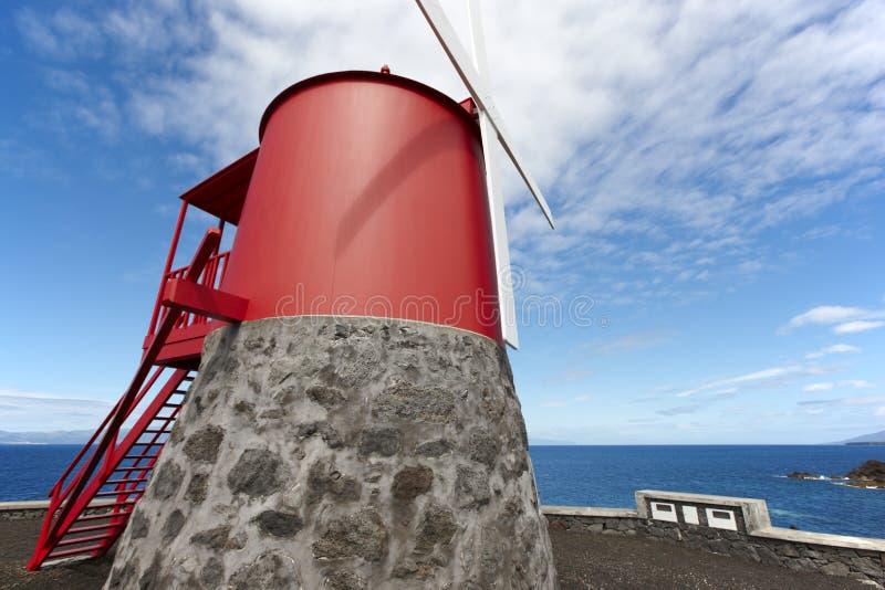 Παραδοσιακός κόκκινος και άσπρος ανεμόμυλος στο νησί Pico, Αζόρες Portu στοκ φωτογραφία με δικαίωμα ελεύθερης χρήσης