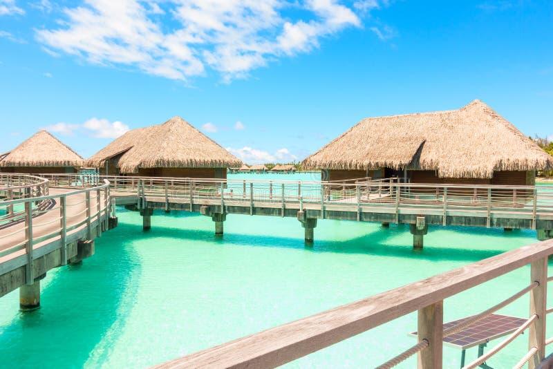 Παραδοσιακός πέρα από τις βίλες νερού σε μια τροπική λιμνοθάλασσα Bora Bora στοκ εικόνες