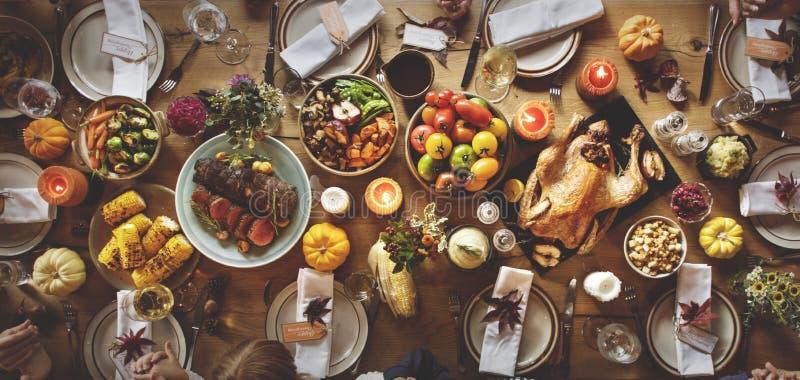 Παραδοσιακός πίνακας γευμάτων εορτασμού ημέρας των ευχαριστιών που θέτει Concep στοκ εικόνες
