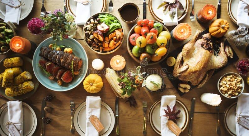 Παραδοσιακός πίνακας γευμάτων εορτασμού ημέρας των ευχαριστιών που θέτει Concep στοκ φωτογραφία με δικαίωμα ελεύθερης χρήσης