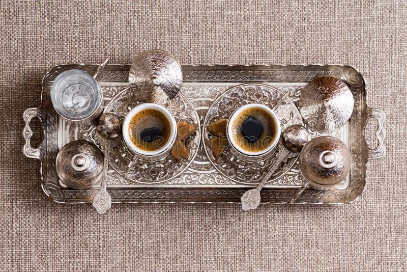 Παραδοσιακός περίκομψος δίσκος μετάλλων με τον τουρκικό καφέ στοκ εικόνες
