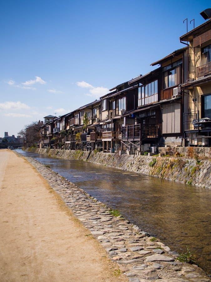 Παραδοσιακός ποταμός Kamo σπιτιών @, Κιότο, Ιαπωνία στοκ εικόνες