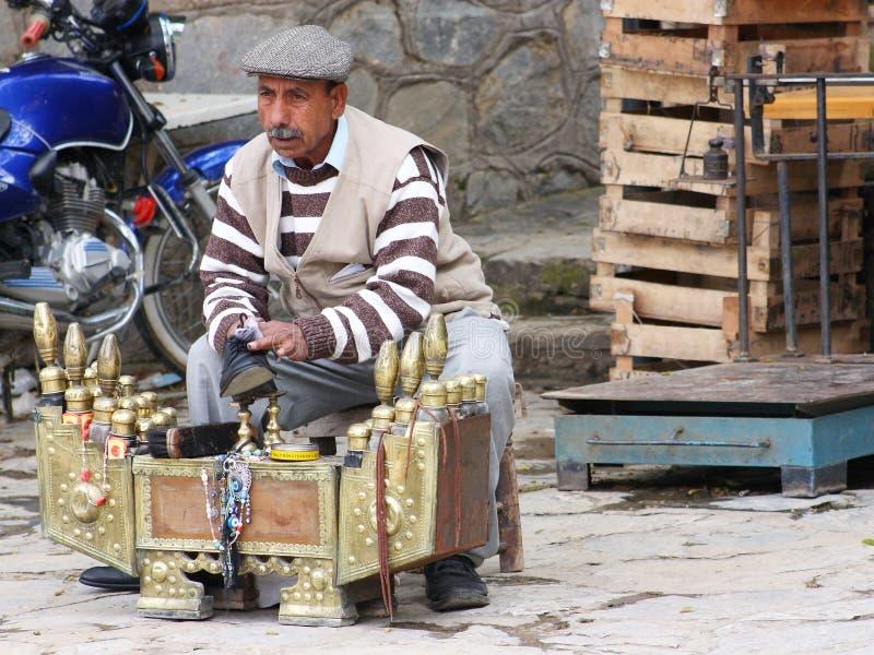 Παραδοσιακός στιλβωτής παπουτσιών οδών που καθαρίζει ένα παπούτσι ατόμων ` s στην Τουρκία στοκ εικόνες με δικαίωμα ελεύθερης χρήσης