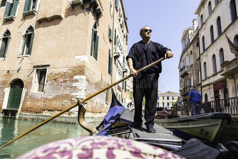 Παραδοσιακός gondolier που κωπηλατεί μέσω της άποψης καναλιών από τη γόνδολα στοκ φωτογραφία