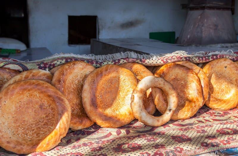Παραδοσιακό ανατολικό στρογγυλό ορεκτικό φρέσκο ψωμί στοκ εικόνες