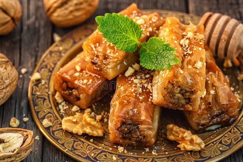 Παραδοσιακό αραβικό επιδόρπιο Baklava με το μέλι και τα ξύλα καρυδιάς στοκ φωτογραφία με δικαίωμα ελεύθερης χρήσης