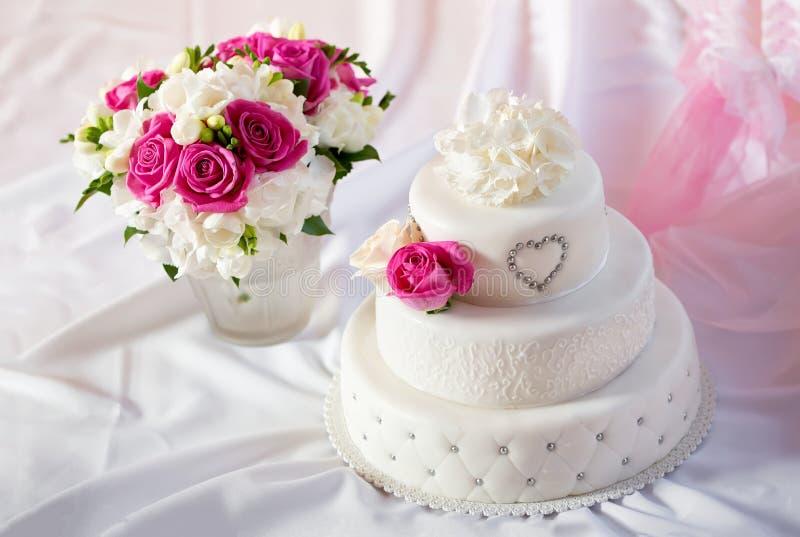 Παραδοσιακό γαμήλιο κέικ με τα ροδαλά λουλούδια στοκ φωτογραφία με δικαίωμα ελεύθερης χρήσης