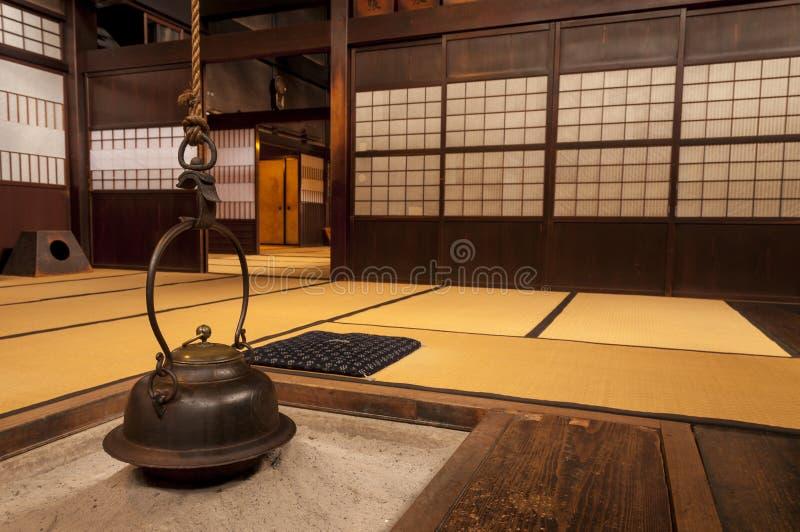 Παραδοσιακό ιαπωνικό εγχώριο εσωτερικό με την ένωση του δοχείου τσαγιού στοκ εικόνες