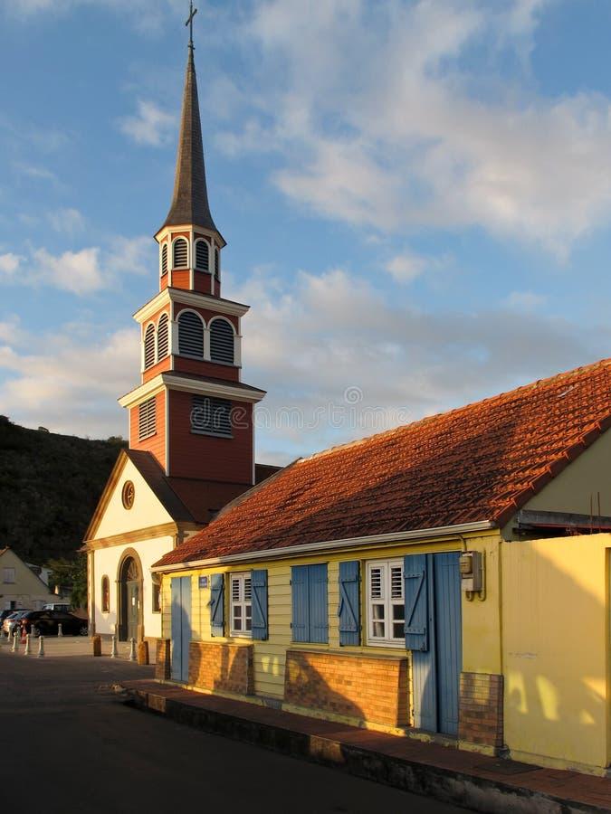 Παραδοσιακό κρεολικό σπίτι κοντά στην εκκλησία στοκ εικόνα