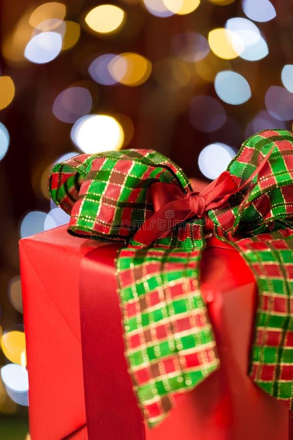 Παραδοσιακό κόκκινο χριστουγεννιάτικο δώρο με το τόξο στοκ φωτογραφίες με δικαίωμα ελεύθερης χρήσης