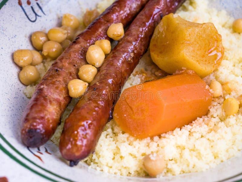 Παραδοσιακό μαροκινό κουσκούς πιάτων στοκ φωτογραφίες