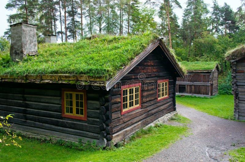 Παραδοσιακό νορβηγικό σπίτι με τη στέγη χλόης Το νορβηγικό μουσείο στοκ φωτογραφίες με δικαίωμα ελεύθερης χρήσης