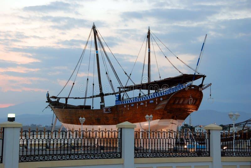 Παραδοσιακό ξύλινο σκάφος στο λιμάνι Sur, σουλτανάτο του Ομάν στοκ εικόνα