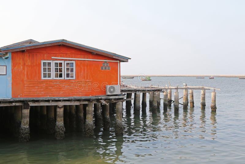 Παραδοσιακό ξύλινο σπίτι του ψαρά στο πορτοκάλι που στηρίζεται στο concret στοκ εικόνες με δικαίωμα ελεύθερης χρήσης