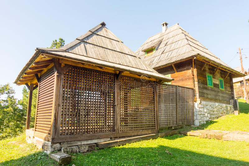 Παραδοσιακό ξύλινο gazebo στη βουνοπλαγιά σε Kusturica Drvengrad στη Σερβία στοκ φωτογραφία