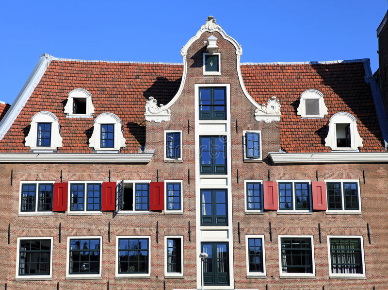 Παραδοσιακό ολλανδικό μεσαιωνικό κτήριο στο Άμστερνταμ, Κάτω Χώρες στοκ εικόνα