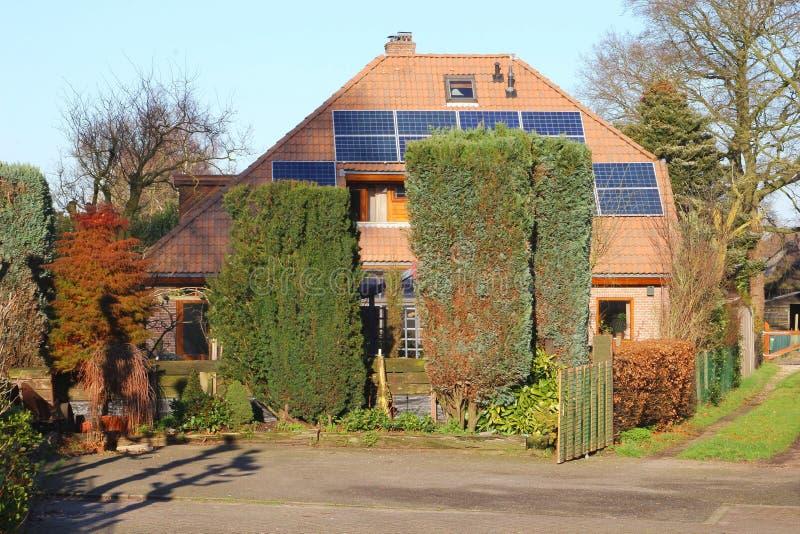 Παραδοσιακό παλαιό σπίτι με τα σύγχρονα ηλιακά πλαίσια στη στέγη, Κάτω Χώρες στοκ φωτογραφίες