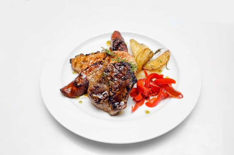 Παραδοσιακό πιάτο κρέατος στο άσπρο υπόβαθρο στοκ εικόνα με δικαίωμα ελεύθερης χρήσης