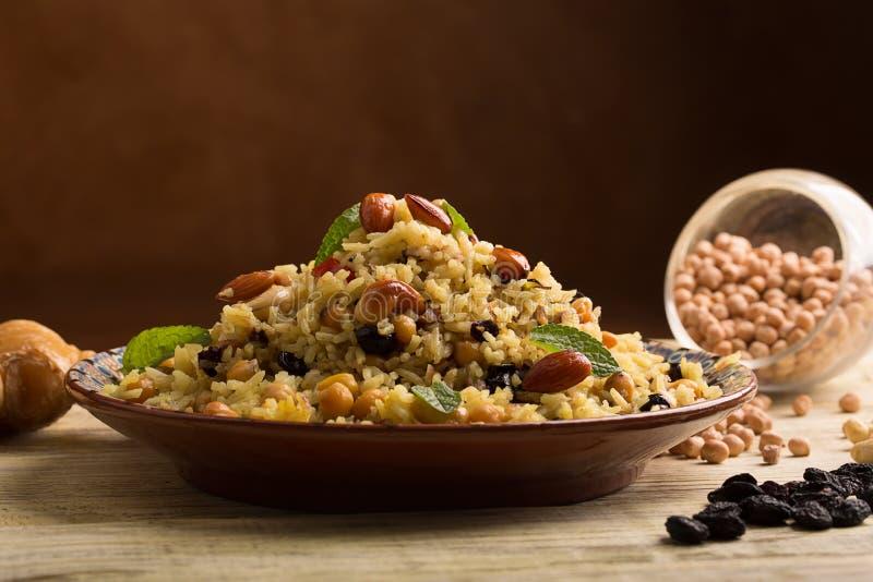 Παραδοσιακό πιάτο του ρυζιού (pilaf) που μαγειρεύεται με τα καρυκεύματα στοκ εικόνες με δικαίωμα ελεύθερης χρήσης