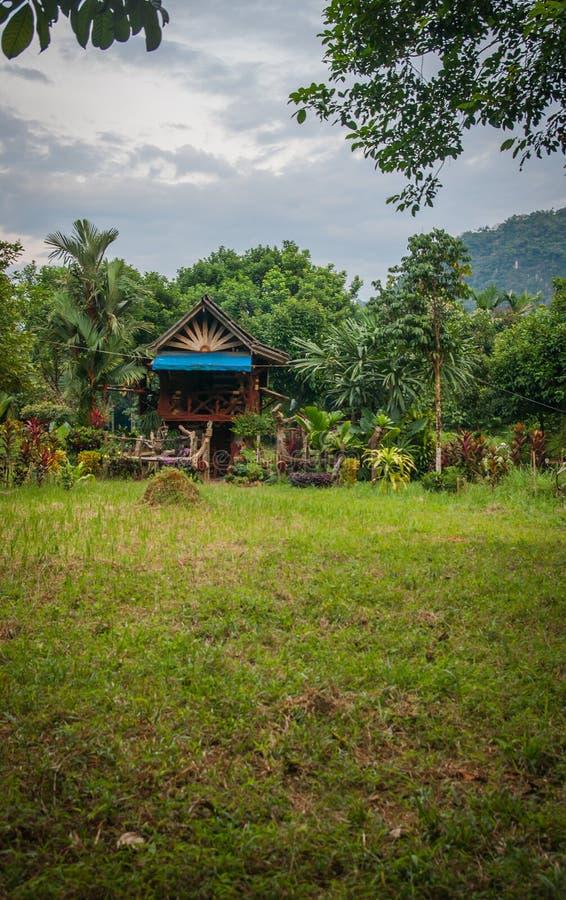 Παραδοσιακό πολύχρωμο ξύλινο σπίτι στο τροπικό δάσος του αδύτου Khao Sok, Ταϊλάνδη στοκ φωτογραφίες με δικαίωμα ελεύθερης χρήσης