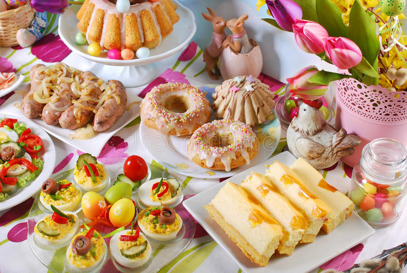 Παραδοσιακό πρόγευμα Πάσχας στον εορταστικό πίνακα στοκ φωτογραφία