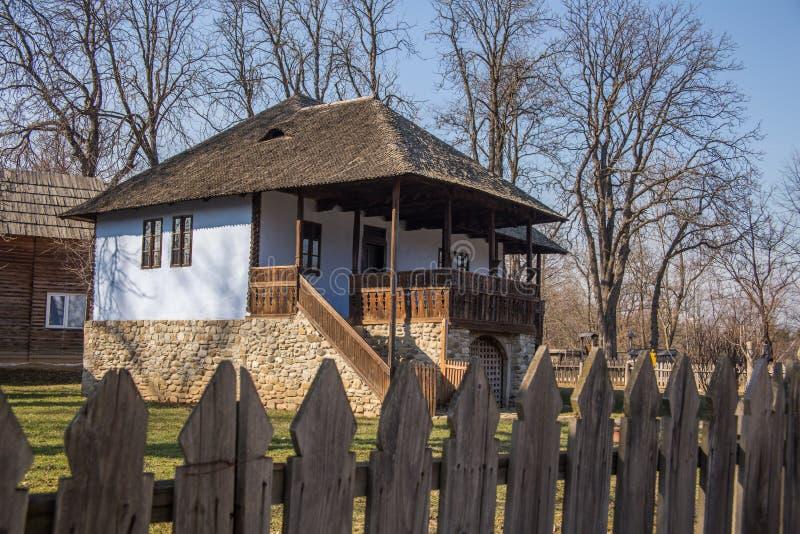 Παραδοσιακό σπίτι επαρχίας στην αγροτική περιοχή στοκ εικόνα